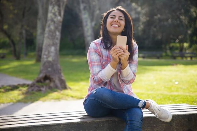 Menina feliz estudante encantado, muito feliz com ótimas notícias Foto gratuita