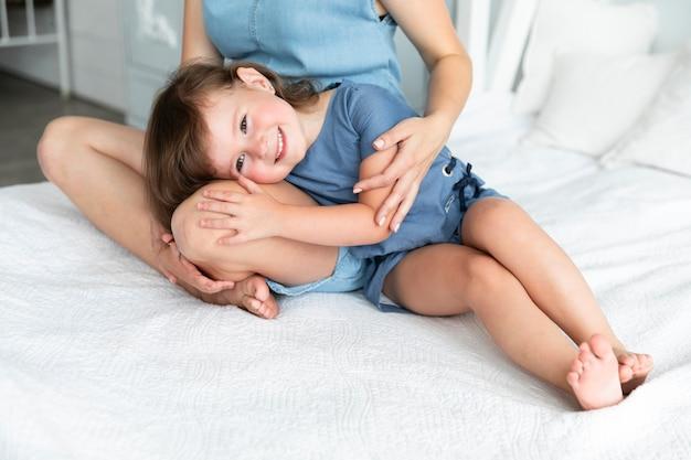Menina ficar com a cabeça no colo da mãe Foto gratuita
