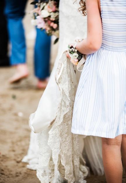 Menina flor, segurando, nupcial, vestido casamento Foto gratuita