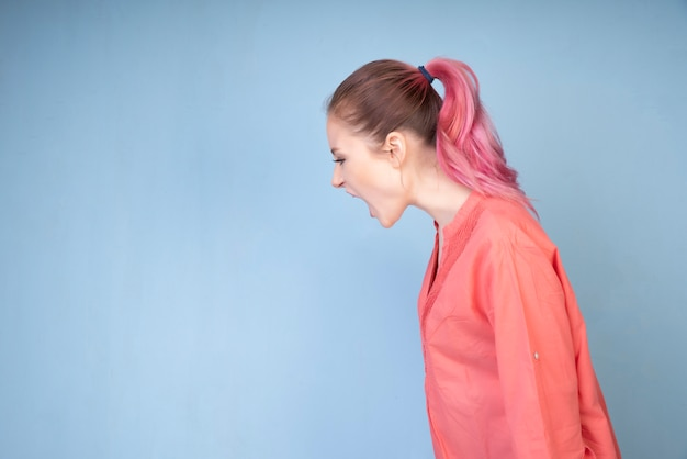 Menina gritando com blusa colorida coral Foto gratuita