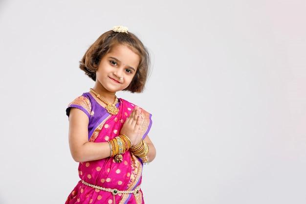 Menina indiana / asiática bonitinha em pose de oração Foto Premium