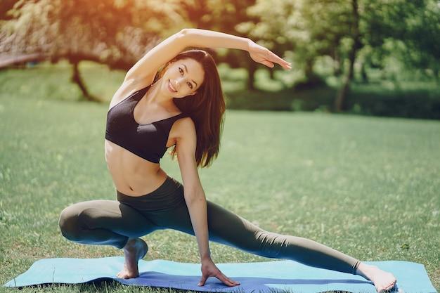 Menina ioga Foto gratuita