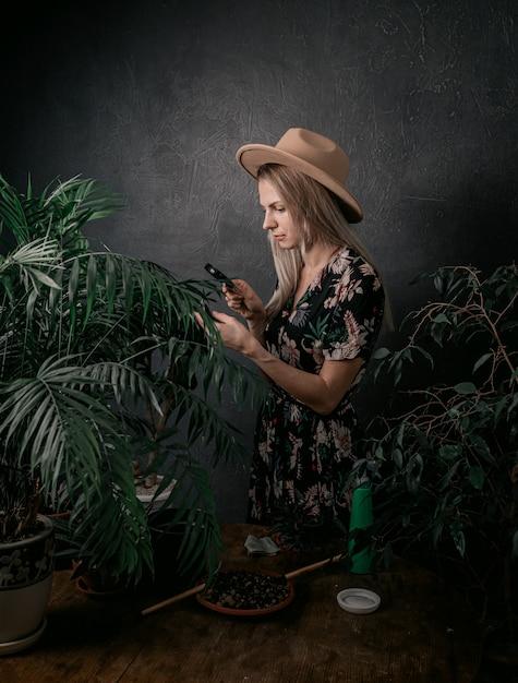 Menina jardineiro está envolvida em suas plantas Foto Premium