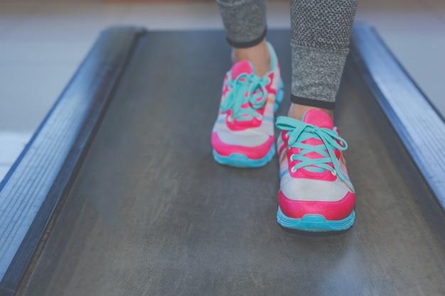 Menina jogando fitness no ginásio Foto gratuita