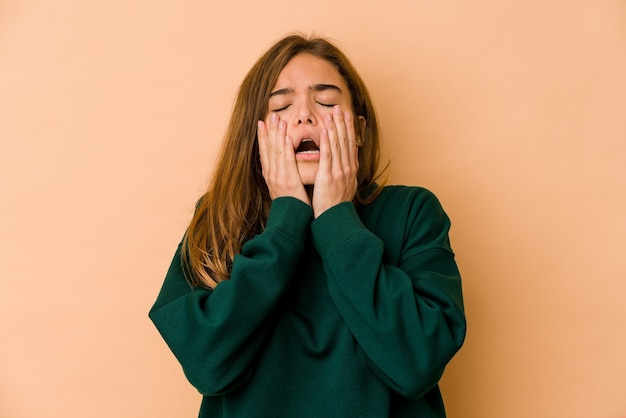 Menina jovem adolescente magrela caucasiana choramingando e chorando desconsoladamente. Foto Premium