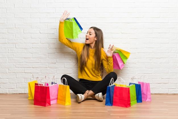 Menina jovem, com, lote, de, bolsas para compras Foto Premium