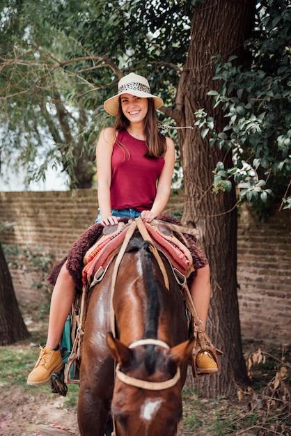 Menina jovem, desgastar, chapéu, e, montando, um, cavalo Foto gratuita