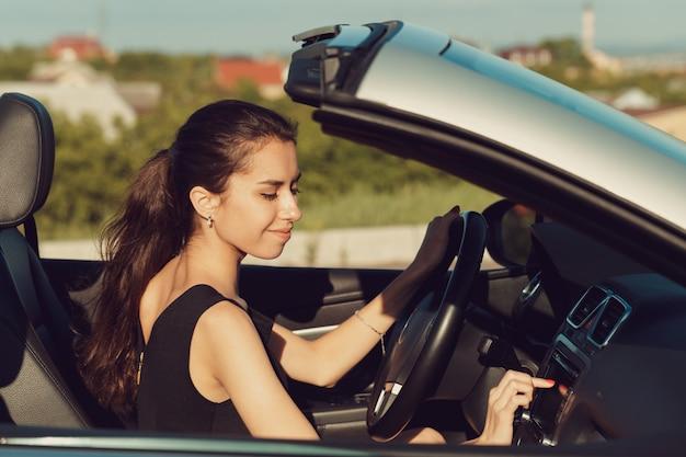 Menina jovem, dirigindo, cabrio, car Foto Premium