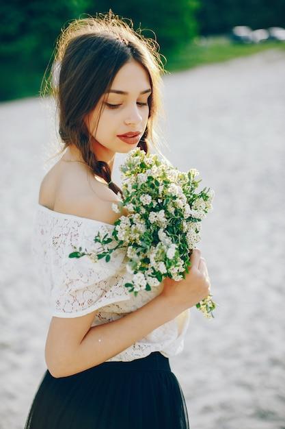 Menina jovem e bonita em um parque de verão Foto gratuita