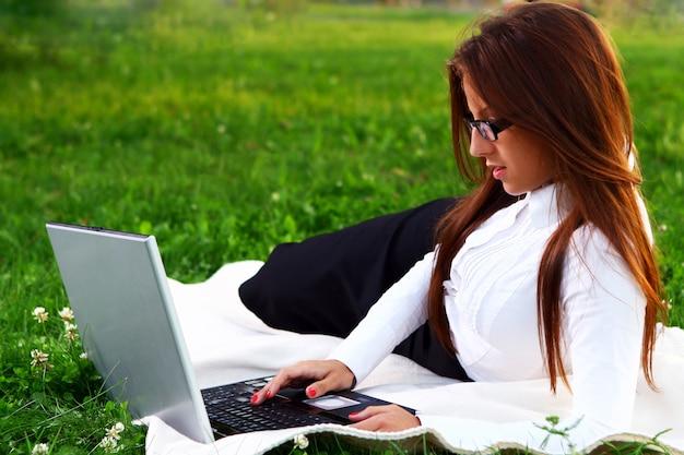 Menina jovem e bonita, fazendo o trabalho de casa Foto gratuita