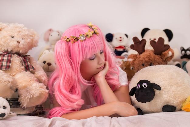 Menina jovem, em, um, quarto, em, um, cor-de-rosa, cute, vestido Foto Premium