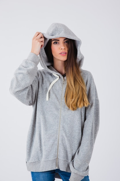 Menina legal posando com camisola Foto gratuita