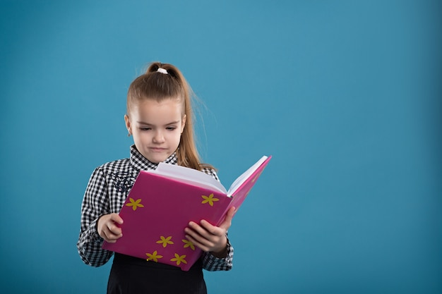 Menina, lendo um livro, em, um, cobertura cor-de-rosa Foto Premium