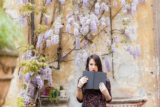Menina, lendo um livro, rua Foto gratuita