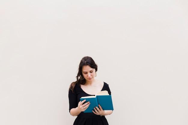 Menina, lendo um livro Foto gratuita