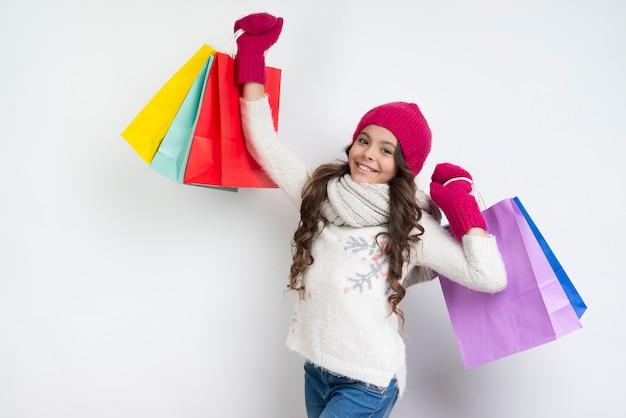 Menina levantando redes coloridas no ar Foto gratuita