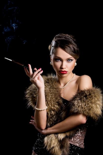 Menina linda com cigarro Foto gratuita