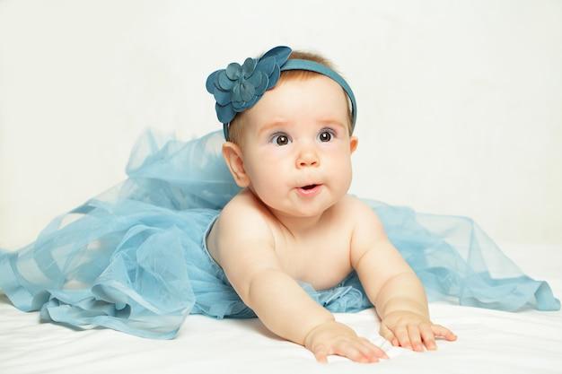 Menina linda com vestido azul Foto Premium