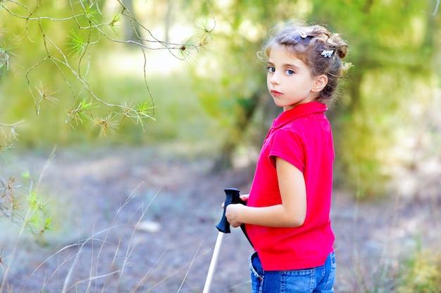 Menina linda criança trekking na floresta do parque Foto Premium