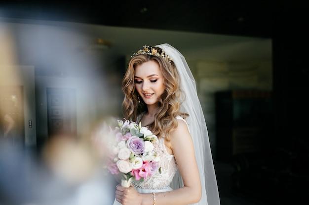 Menina linda modelo de vestido branco. homem, em, paleto Foto gratuita