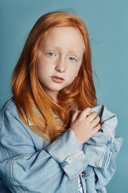 Menina linda ruiva com cabelos longos Foto Premium