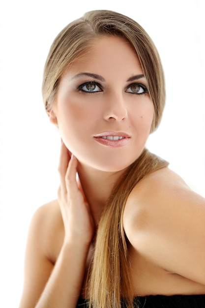 Menina loira de cabelos longos, sorrindo, olhos cinzentos Foto gratuita