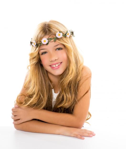Menina loira de crianças com coroa de flores margarida de primavera Foto Premium