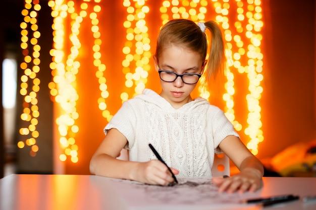 Menina loira de grandes óculos escuros desenho papai noel. tema de natal e ano novo, bokeh amarelo Foto Premium