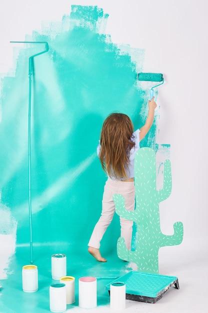 26b216588 Menina loira de olhos azuis três anos fazendo reparos no apartamento ...