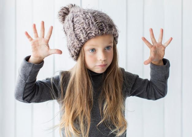 Menina loira elegante posando de moda Foto gratuita