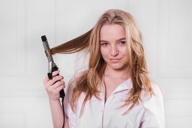 Menina loira, ondulando, dela, cabelo Foto gratuita