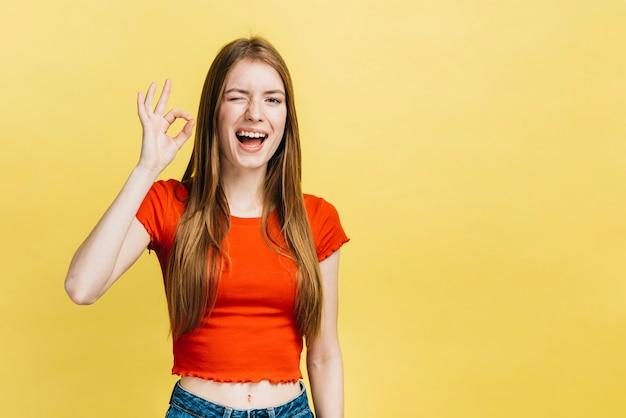 Menina loira sorridente com espaço de cópia Foto gratuita