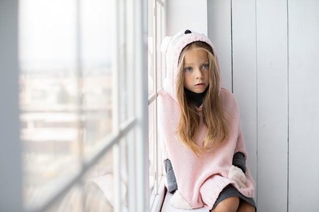 Menina loira, vestindo blusa rosa Foto gratuita