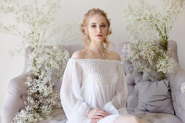 Menina, luz branca, vestido, e, cabelo ondulado, retrato Foto Premium