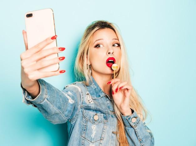 Menina má hipster jovem bonita em roupas da moda jeans verão e brinco no nariz Foto gratuita