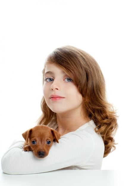 Menina morena, com, cachorro cachorro, mini, pinscher Foto Premium