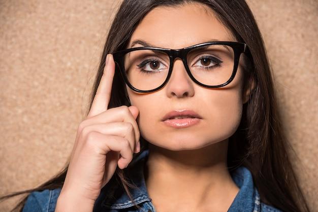 Menina morena de beleza de óculos com cabelos longos. Foto Premium