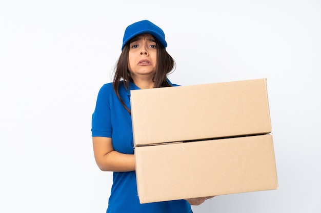 Menina morena jovem entrega sobre congelamento branco Foto Premium