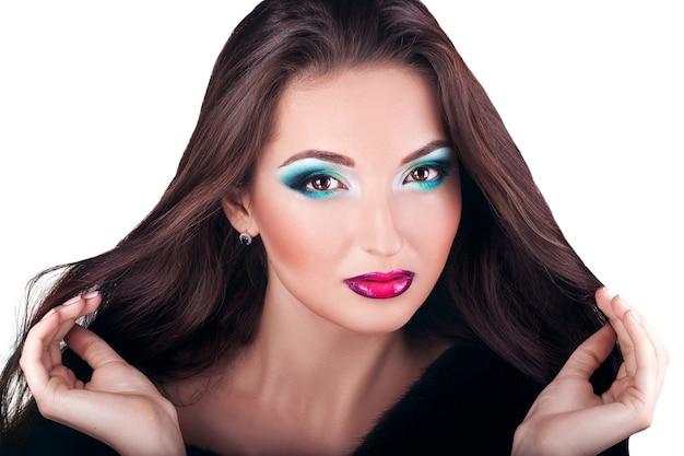 Menina morena linda em branco Foto Premium
