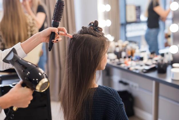 Menina morena, obtendo, dela, cabelo terminado Foto Premium