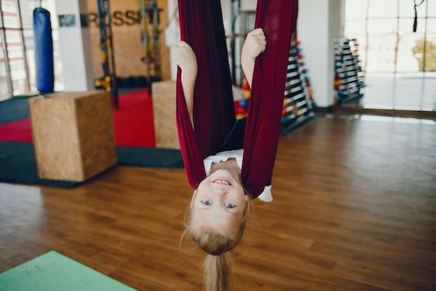 Menina, mosca, ioga Foto gratuita