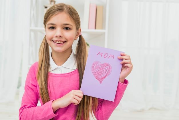 Menina, mostrando, cartão cumprimento, com, mãe, inscrição Foto gratuita