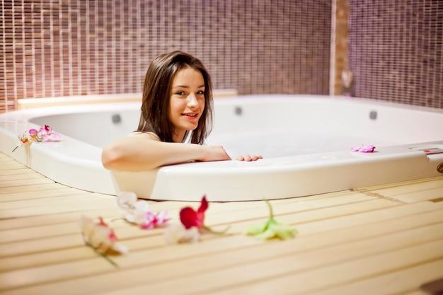 Menina na banheira de hidromassagem Foto Premium