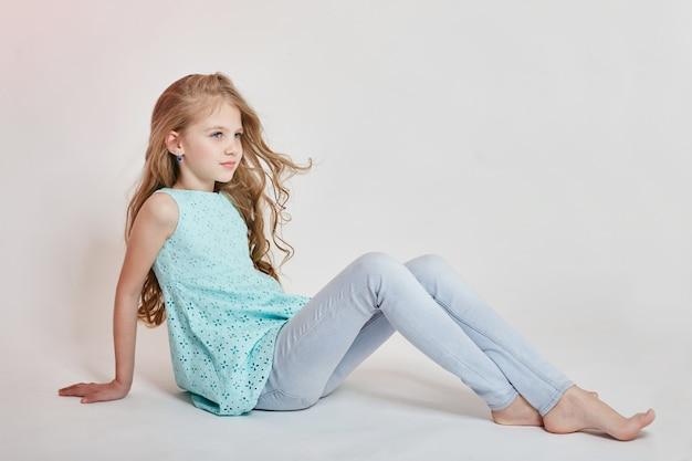 Menina na moda, moda infantil e roupas Foto Premium