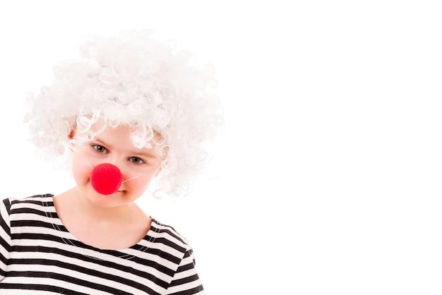 Menina na peruca de palhaço encaracolado branco e nariz vermelho Foto Premium
