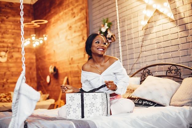 Menina negra elegante nas decorações de natal Foto gratuita