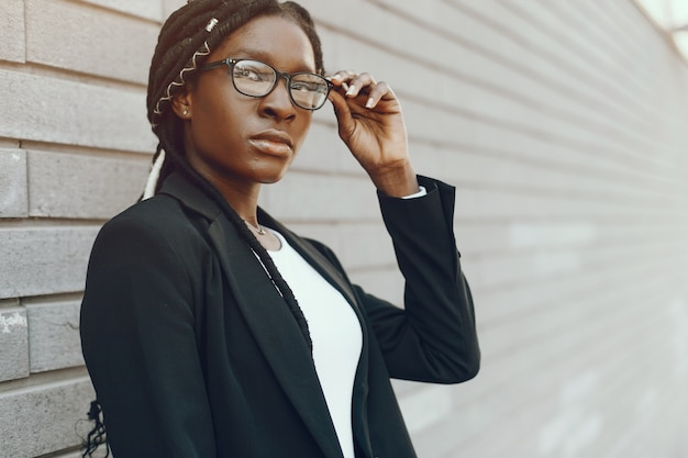 Menina negra elegante Foto gratuita