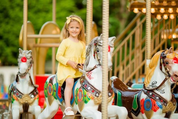 Menina no carrossel Foto Premium
