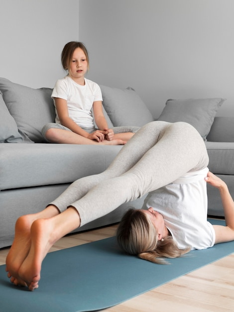 Menina, observar, mãe, exercitar Foto gratuita