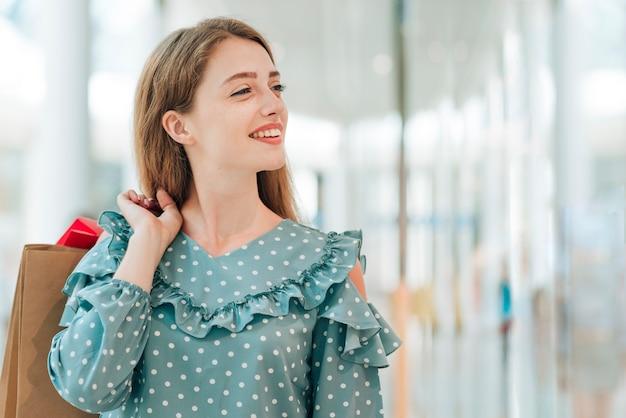 Menina olhando longe tiro médio Foto gratuita